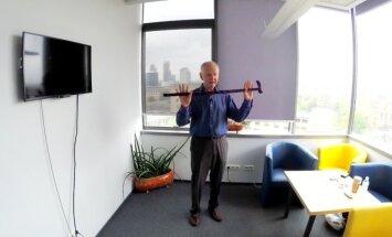 Iš Lietuvos kilusio JAV garsenybių kineziterapeuto pratimai su lazda