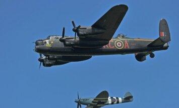 II Pasaulinio karo laikų britų bombonešį Avro Lancaster lydi SuperMarine Spitfire