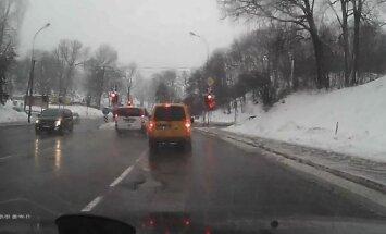 Kelio ženklai ir šviesoforo signalai šiam vairuotojui negalioja