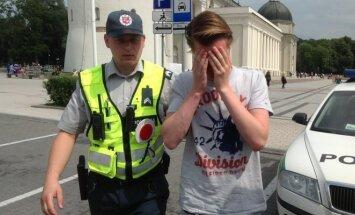 Maldininkai pasipiktinę: policija gina prie Katedros nuogai išsirengusį olandą