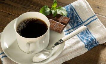Stevija šalia kavos ir šokolado
