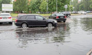 Potvynis naujai išasfaltuotoje aikštelėje