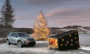 Land Rover Discovery Sport ir iš bagažinės ištrauktas Kalėdų namelis