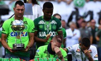Alanas Ruschelis (dešinėje)  ir Jacksonas Follmannas su Sopa Sudamericana taure
