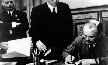 1939 m. rugsėjį Viačeslavas Molotovas pasirašo sutartį su nacistine Vokietija