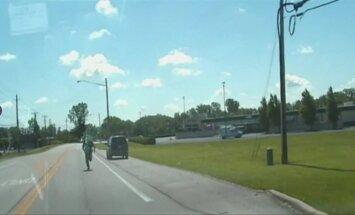 Nufilmuota: policininkas vijosi nuvažiuojantį tarnybinį automobilį