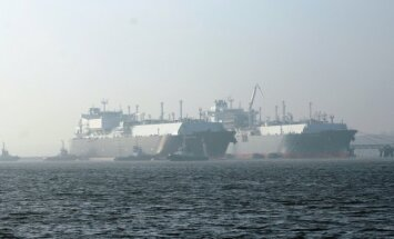 The gas tanker Golar Seal and the LNG terminal Independence