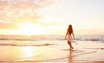 Mergina prie jūros