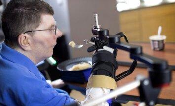 B. Kochevaras naudojasi moderniu protezu