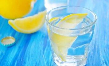 7 priežastys, kodėl rytą reikia pradėti nuo stiklinės šilto vandens su citrina
