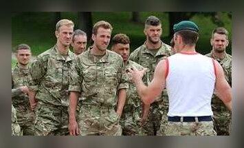 Anglijos rinktinės futbolininkai karinėje bazėje