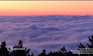 Nufilmuota: tirštas rūkas uždengia kalną Kalifornijoje