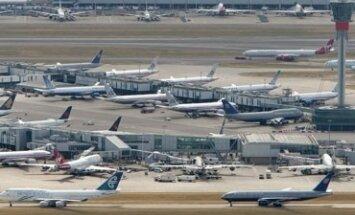 Visi lėktuvai stovi ir nekyla Heathrow oro uoste Londone (Anglija). Ketvirtadienį britų policija baimindamasi teroro aktų uždarė visus sostinės oro uostus.