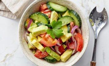 Gaivios avokadų, agurkų ir pomidorų salotos