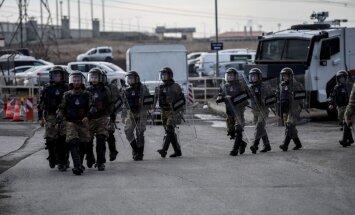 Turkijos pareigūnai prie teismo rūmų