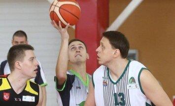 Dėl kamuolio su varžovu kovoja Paulius Joneliūnas (Dainiaus Vyto nuotr.)