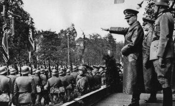 Hitleris stebi kariuomenės paradą