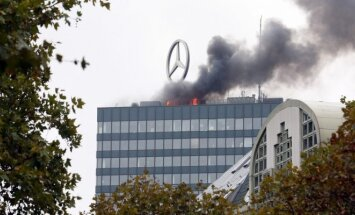 Berlyne ant parduotuvių komplekso stogo kilo gaisras