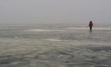 Žvejas ant Kuršių marių ledo