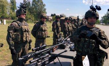 Vyr. kapralas M.Visniochas ir jo kariai demonstruoja zenitinio dalinio techniką
