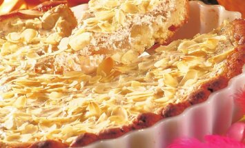 Varškės pyragas su ananasais ir migdolais
