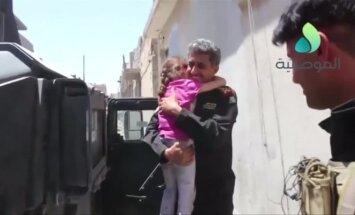 Mažoji Mosulo gyventoja apsikabino Kovos su terorizmu tarnybos vyriausiąjį vadą