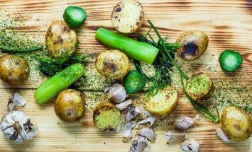 Bulvės su sviestu ir ypatingai marinuotais agurkais