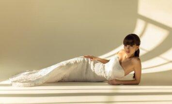 Mergina su vestuvine suknele
