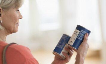 Moteris parduotuvėje skaito produkto sudėtį