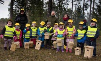 Ministras su vaikais iškėlė inkilus paukščiams