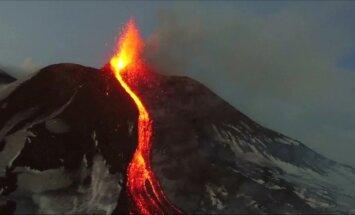 Bepiločiu nufilmavo rūstaujančią Etną