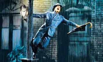 Kadras iš filmo Dainuojantys lietuje
