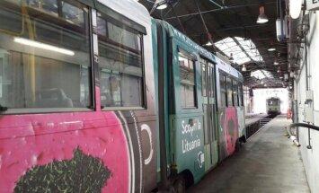 Po Romą važinėjantys tramvajai pasipuošė šaltibarščių nuotraukomis