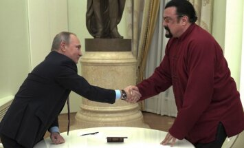 Stevenas Seagalas gauna rusišką pasą