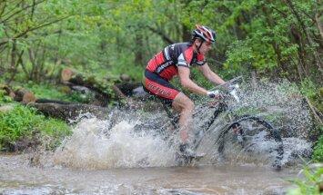 Orientavimosi kalnų dviračiais varžybų akimirka.
