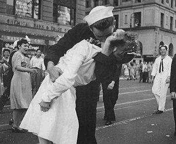 """Antrojo pasaulinio karo mįslė: """"Pergalės dienos"""" bučinio detektyvas liko neišnarpliotas"""