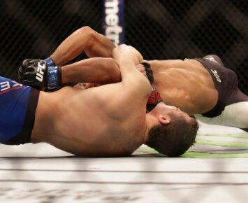 Devyniolika sekundžių: UFC kovotojas vos nepasmaugė savo varžovo