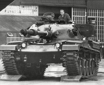 """Originali """"egzekucija"""": kaip britų tankas pikapą traiškė (VIDEO)"""