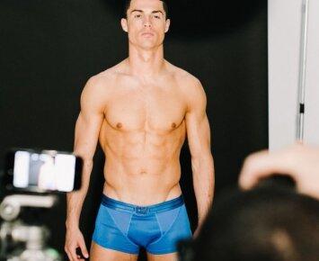 """Cristiano Ronaldo keičia kryptį: jachtos denyje – intymus flirtas su bikini gražuole <span><sup style=""""color: #ff0000;"""">fotogalerija</sup></span>"""