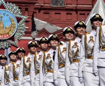 Pergalės dienos parade Rusijoje - mini sijonėlių armija