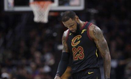 LeBronas NBA finalo serijoje žaidė beveik susilaužęs ranką