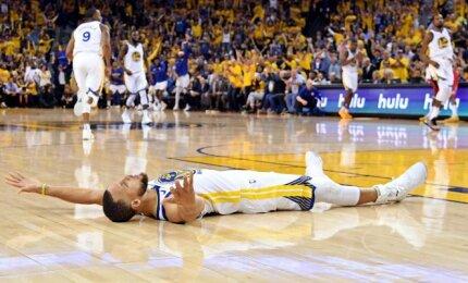 """Fenomenalus Curry kėlinys lėmė gėdingiausią pralaimėjimą """"Rockets"""" atkrintamųjų istorijoje"""