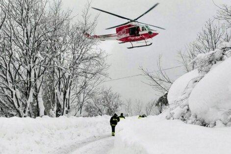 Nelaimė Italijoje: gelbėtojams pavyko rasti gyvų sniego lavinos palaidotame viešbutyje