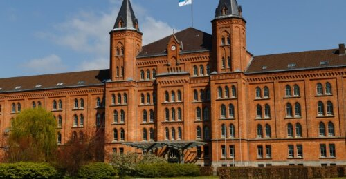 Bandantys tyrinėti tamsias šio nacių pastato paslaptis praranda sveiką protą