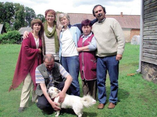 Paskutinė Grincevičių giminės palikuonė Liucija Grincevičiūtė (centre) jaučia pareigą išsaugoti Ilguvos dvarą.