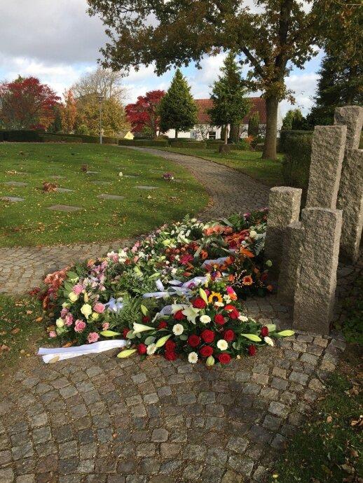 Ryškesnes gėles galima pamatyti tik prie neseniai palaidoto arba mirimo metines mininčio kapo.
