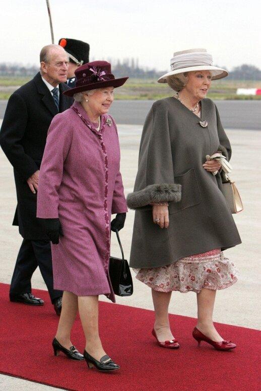 Didžiosios Britanijos karalienė Elžbieta II (kairėje) ir Nyderlandų karalienė Beatričė
