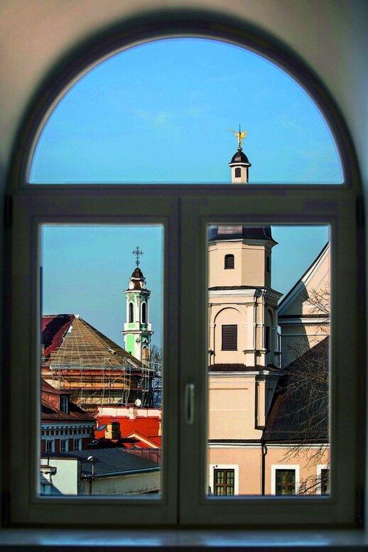 40 kv.m palėpės tipo butas: pro arkinius langus atsiveria Vilniaus senamiesčio panorama