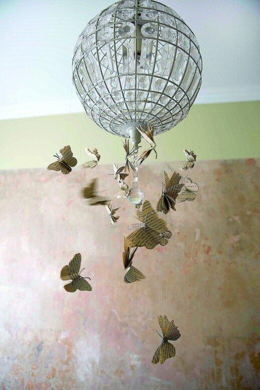 Pavasaris užkariauja namus: kaip originaliai papuošti šviestuvą