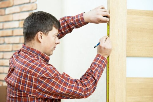 """<span style=""""color: #ff7f00;""""><strong>Darau pats:</strong></span> kaip įtaisyti spyną duryse"""